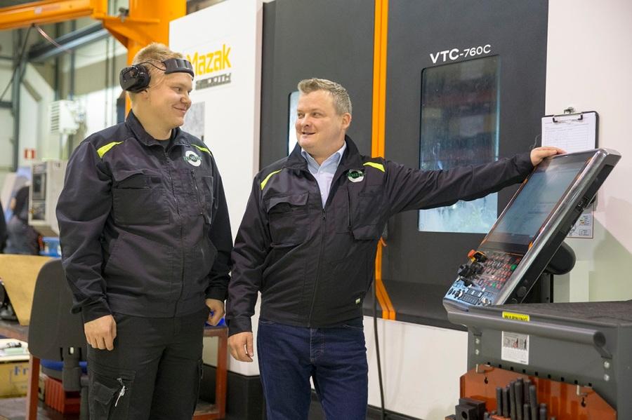 remetecin yrittäjä Paavo Linna (oik.) ja koneistaja Mikko Kontkanen CNC-koneen äärellä. ELY-keskuksen hankerahoitus on mahdollistanut yritykselle muun muassa tehokkaampien työtapojen käyttöönoton ja isot laiteinvestoinnit.
