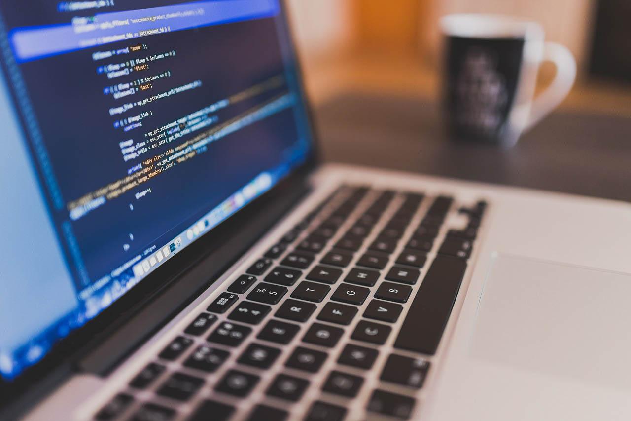 Tietokoneen näyttö, jossa koodirivejä.