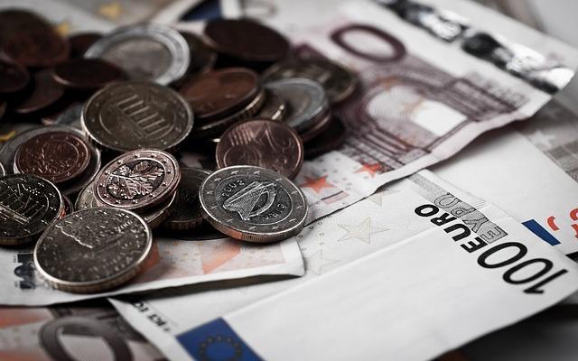 Euron kolikoita ja seteleitä pinossa.