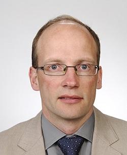 Kuvassa Tapio Kinnusen kasvokuva.