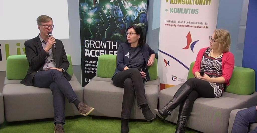 Rahoituksesta keskustelemassa, livestreamissa ELY-keskuksesta Jari Vitikaisen lisäksi, Finnveran Anne Alvejärvi, Business Finlandin Johanna Laakkonen. Keskustelijat istuvat sohvilla ja taustalla on organisaatioiden mainosbannerit.