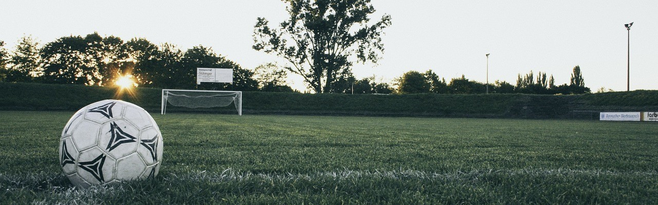 jalkapallokenttä ja jalkapallo.