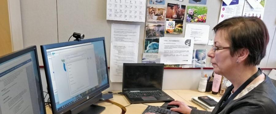 Outi Kaihola on tietokoneen ääressä tekemässä töitä