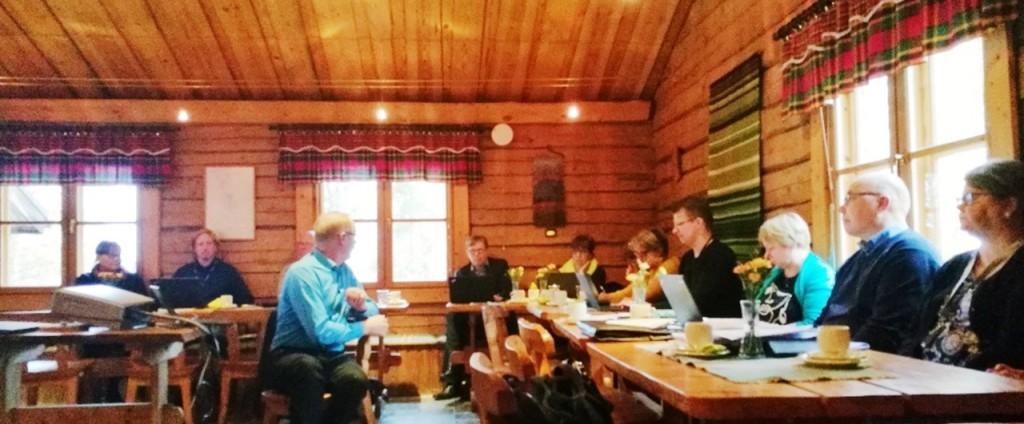 ELY-keskuksen rahoitusasiantuntijat pitkien puupöytien ääressä Niemilomien tiloissa.