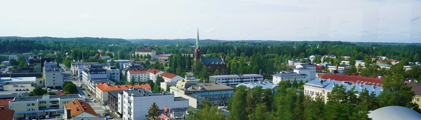 Ilmakuva Mikkelin kaupungista rakennuksia, kirkko ja metsää.